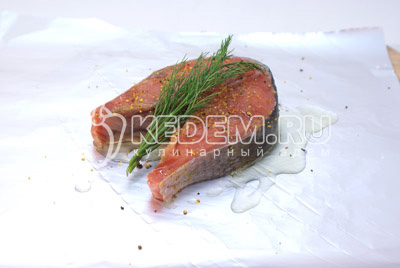 Для каждого стейка приготовить квадратный кусочек фольги «Paclan». Уложить кусочки рыбы на квадратики фольги чуть смазанной оливковым маслом. Рыбу посолить и приправить лимонным перцем. Уложить веточку укропа и сбрызнуть сверху маслом. Завернуть фольгу и запечь в духовке при температуре 200 градусов С 20 минут