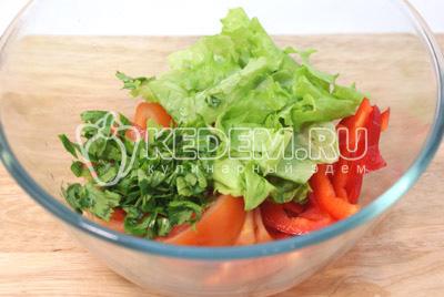 Помидор и перец порезать ломтиками, добавить листья салата и нашинкованную петрушку. Посолить и заправить оливковым маслом