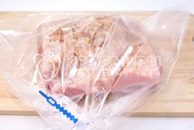 Завернуть в пакет для запекания ТМ «Paclan» и убрать в холодильник на ночь