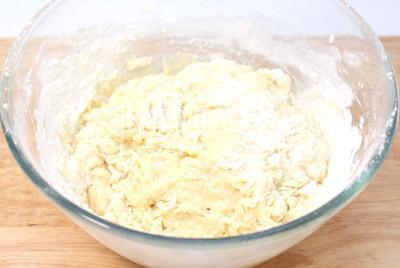 Постепенно добавляя муку замесить крутое тесто