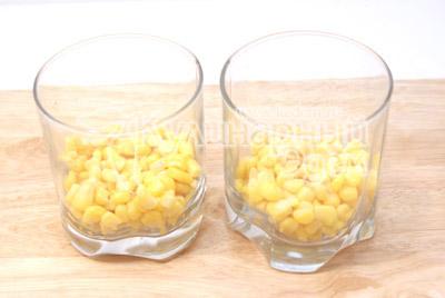 Сначала слой кукурузы. - Салат « Тайная страсть». Фото приготовление салат на романтический вечер.