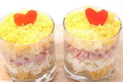 Сверху присыпать сыром и украсить по желанию. - Салат « Тайная страсть». Фото приготовление салат на романтический вечер.