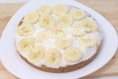 Выложить плотным слоем порезанный кружочками банан