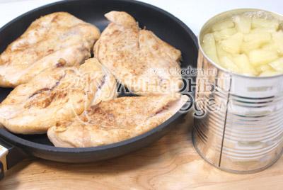 Выложить в сковороду и залить соком от ананасов. Томить на среднем огне 10-12 минут, пока сок не выпариться
