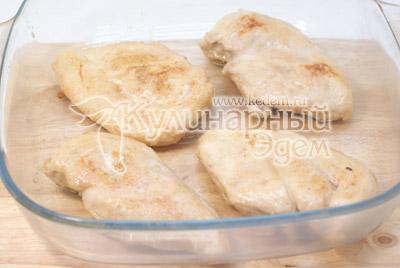Выложить куриное филе в форму