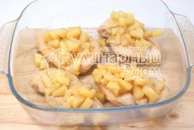 Сверху выложить кусочки филе. - Курица под ананасами «Страсть Амура». Фото рецепт приготовление филе курицы под ананасами.