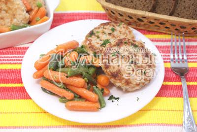 Выложить на тарелки котлетки и гарнировать овощами. По желанию посыпать мелко нашинкованной зеленью. - Рыбные котлеты с рисом. Фото приготовление рыбных котлет.