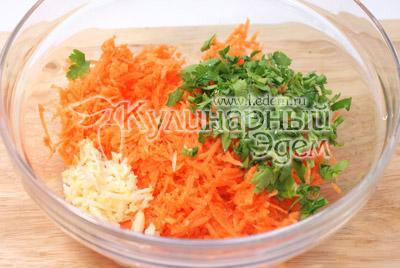 Смешать в миске тертую сырую морковь, мелко нарубленную зелень петрушки и прессованный чеснок. - Сырные трубочки с морковью. Закуска, фото рецепт приготовление.