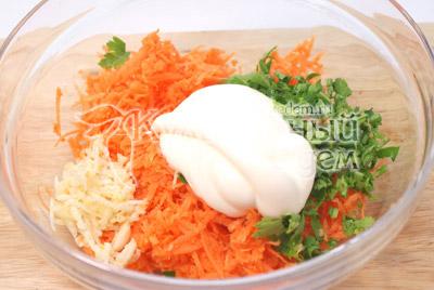 Заправить майонезом и посолить по вкусу. - Сырные трубочки с морковью. Закуска, фото рецепт приготовление.