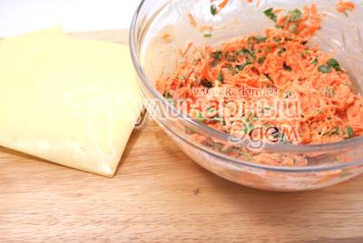 Хорошо перемешать. Выложить небольшое количество начинки на ломтик сыра и завернуть трубочкой. Перевязать перышком лука. - Сырные трубочки с морковью. Закуска, фото рецепт приготовление.