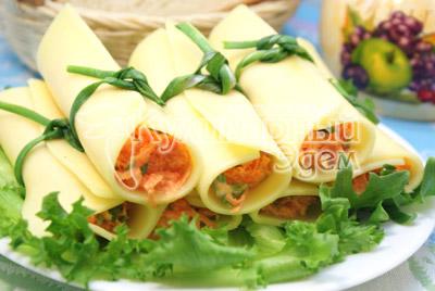 Выложить на блюдо с листьями салата и подавать к столу. - Сырные трубочки с морковью. Закуска, фото рецепт приготовление.
