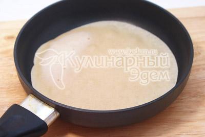 Выпекать блины на небольшой сковороде на среднем огне. Печь блины с двух сторон. - Гречневые блины. Фото приготовление гречневых блинов.