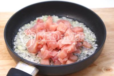 Мелко нашинкованную луковицу и небольшими кусочками порезанное филе обжарить на растительном масле 5-7 минут. Добавить специи. Излишки масла слить