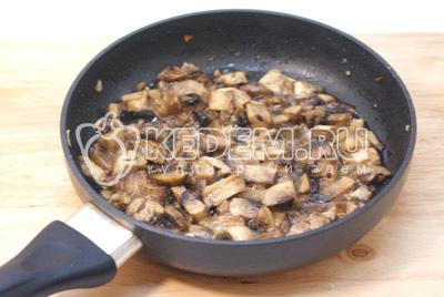 Сковороду вымыть, добавить масло и ломтиками порезанные грибы шампиньоны, обжарить 2-3 минуты и немного посолить