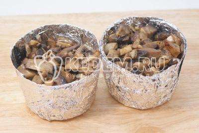 Добавить грибы в формочки к курице