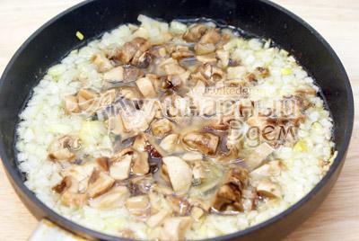 Лук мелко нашинковать и обжарить с грибами на сковороде с растительным маслом 2-3 минуты. - Тефтели из гречки с грибами. Постный рецепт. Фото приготовление.