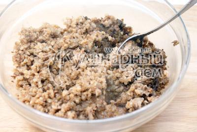 Гречку и грибы с луком пропустить через мясорубку. Массу посолить и поперчить. - Тефтели из гречки с грибами. Постный рецепт. Фото приготовление.
