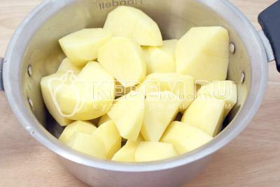 Картофель очистить и разрезать на четвертинки. Залить водой и  поставить варить до готовности. - Картофельные котлеты. Фото приготовление котлет из картофеля.