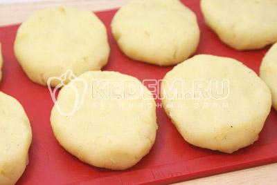 Добавить в картофель. Посолить, поперчить и добавить паприку. Немного остудить и сформировать небольшие котлетки