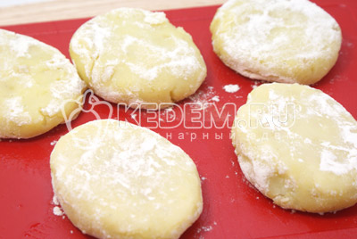 Обвалять в муке. - Картофельные котлеты. Фото приготовление котлет из картофеля.