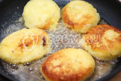 Жарить на растительном  масле с двух сторон до образования румяной корочки. - Картофельные котлеты. Фото приготовление котлет из картофеля.