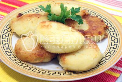 Подавать к столу горячими. - Картофельные котлеты. Фото приготовление котлет из картофеля.