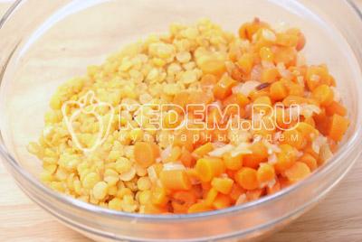 В миске смешать готовый горох, морковь с луком