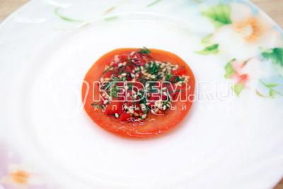 На тарелку выкладывать слоями -  помидор, слой заправки и несколько ломтиков моцареллы. - Закуска «Любимая». Фото приготовление закуски с моцареллой на 8 марта.