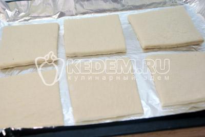 Слоёное тесто немного раскатать и разрезать на 6-8 квадратиков