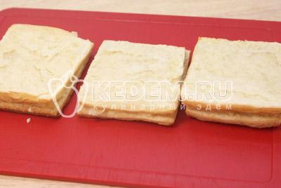 Сформировать пирожные, выкладывая слоями тесто и промазывать кремом