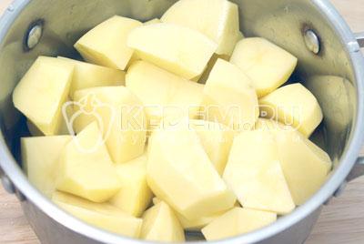 Картофель очистить и порезать небольшими кусочками. Залить холодной водой и варить до готовности. В самом конце варки посолить. - Картофельная запеканка с грибами. Фото рецепт приготовление картофельной запеканки.