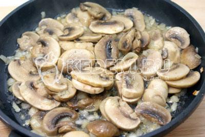 Обжарить на растительном масле с мелко нашинкованным луком порезанные грибы 2-3 минуты. Посолить. - Картофельная запеканка с грибами. Фото рецепт приготовление картофельной запеканки.