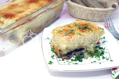Разделить на порции, посыпать мелко нашинкованной петрушкой и подавать к столу. - Картофельная запеканка с грибами. Фото рецепт приготовление картофельной запеканки.
