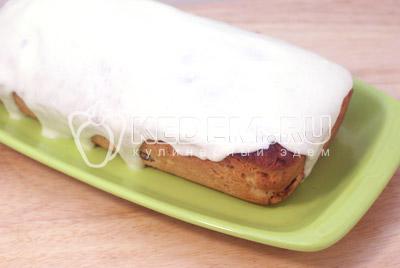Выложить из формы, завернуть в полотенце и дать отдохнуть. Взбить белки с сахаром и полить сверху кулича