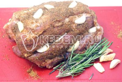 Натереть специями и солью. Нашпиговать ломтиками чеснока. - Свинина запеченная  с чесноком и розмарином. Фотография приготовление рецепта.
