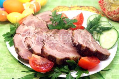 Мясо разрезать на порционные кусочки и выложить на блюдо с овощами и зеленью. - Свинина запеченная  с чесноком и розмарином. Фотография приготовление рецепта.