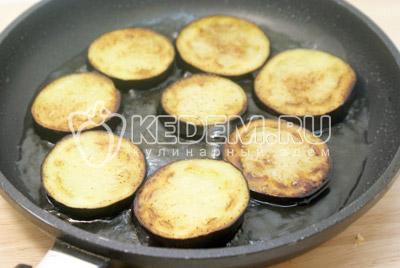 Выложить  на сковороду с растительным маслом и обжарить до готовности с двух сторон по 2 минуты. - Закуска из баклажан с моцареллой. Фотография рецепт приготовление закуски.