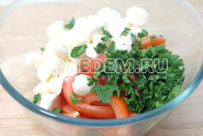 Сложить в миску помидоры, кусочками порезанную моцареллу и нашинкованную зелень. - Закуска из баклажан с моцареллой. Фотография рецепт приготовление закуски.