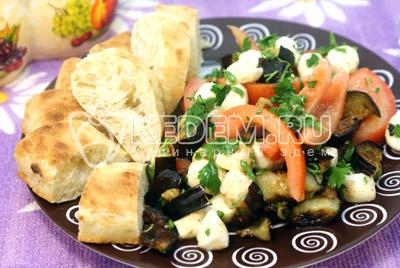 Выложить на блюдо и подавать со свежей хлебной лепешкой. - Закуска из баклажан с моцареллой. Фотография рецепт приготовление закуски.