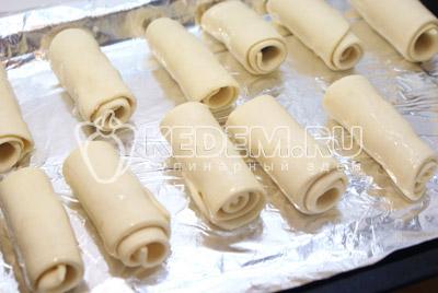 Выложить на противень и смазать взбитым желтком. Выпекать в духовке 15 минут при температуре 200 градусов С. - Трубочки с шоколадом. Фотография приготовление трубочек.