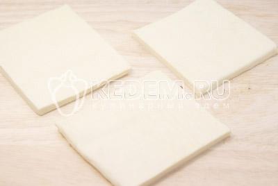 Слоеное тесто раскатать в пласт и разрезать на квадраты. - Слойки с баклажанами и сыром. Фото рецепт приготовление слоек с баклажанами.