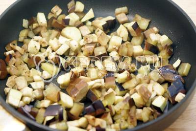 Баклажан порезать кубиками и обжаривать до готовности на растительном масле. - Слойки с баклажанами и сыром. Фото рецепт приготовление слоек с баклажанами.
