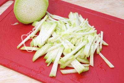 Редьку очистить и порезать соломкой или нашинковать на терке. - Салат «Узбекистан». Фотография приготовление салата.