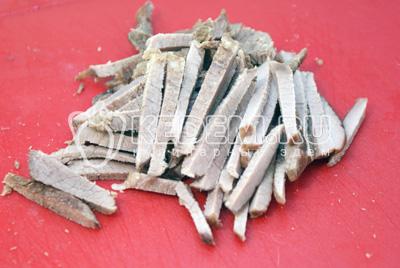 Предварительно сваренную говядину, остудить и порезать небольшими брусочками. - Салат «Узбекистан». Фотография приготовление салата.