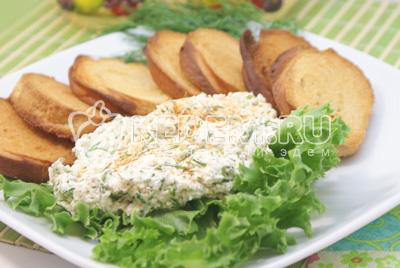 Выложить тарелку листьями салата, на них выложить сырную пасту и рядом гренки. Подавать к столу. - Закуска из сыра фета с гренками. Фотография приготовление рецепта
