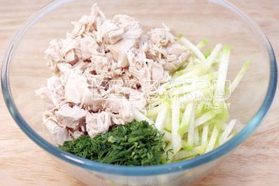 Смешать в миске редьку, мелко нашинкованный укроп и куриное филе. - Салат «Ташкент». Фото приготовление салата с курицей.