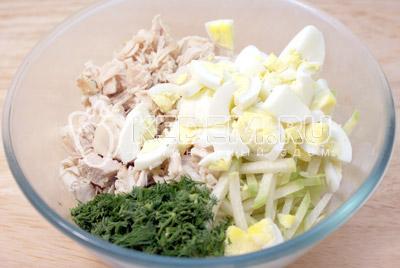 Добавить сваренные вкрутую и крупно порезанные яйца. - Салат «Ташкент». Фото приготовление салата с курицей.