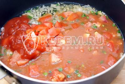 Добавить кубиками порезанные помидоры и томатную пасту. Посолить и поперчить. Добавить 1/4 стакана воды и сушеный базилик. Томить на среднем огне еще 5 минут под крышкой