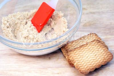 Печенье по желанию истолочь в крошку или поломать небольшими кусочками