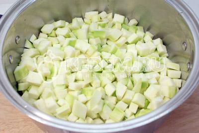 Порезать кубиками и сложить в кастрюлю. - Кабачковое рагу на зиму. Фото рецепт приготовление рагу из кабачков на зиму.